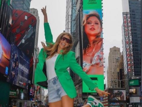 Anna Carina logra su primer Billboard en Times Square