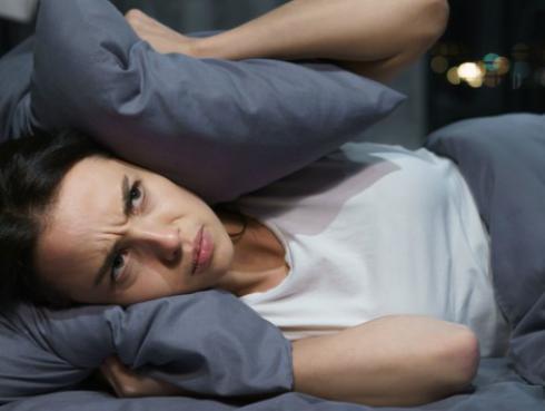 La ansiedad nocturna es la dificultad para dormir que no tiene que ver con el insomnio