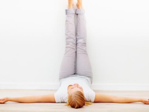 Beneficios de apoyar las piernas en la pared