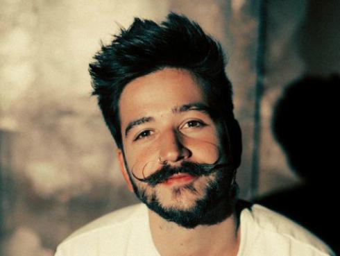 Camilo estrenó su álbum debut Por primera vez y el videoclip del tema 'El mismo aire'