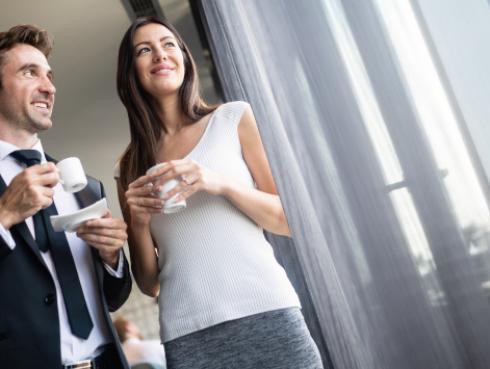 Coquetear en el trabajo ayuda a combatir el insomnio
