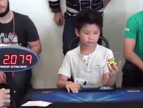 ¿Creías que resolver el cubo de Rubik era difícil? Pues para este niño no lo es...