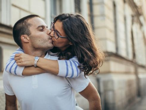 Dile adiós al estrés y las arrugas con una buena sesión de besos