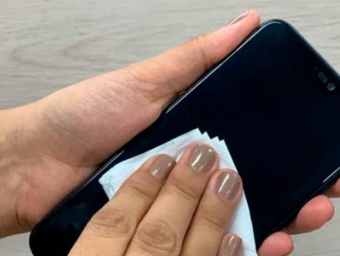 ¡Esta es la manera correcta de desinfectar tu celular y evitar el COVID-19!