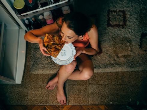 Estos son los alimentos que debes evitar consumir en la noche para ganar peso