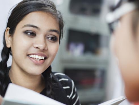 Estudio afirma que tener una hermana habladora evita sufrir depresión