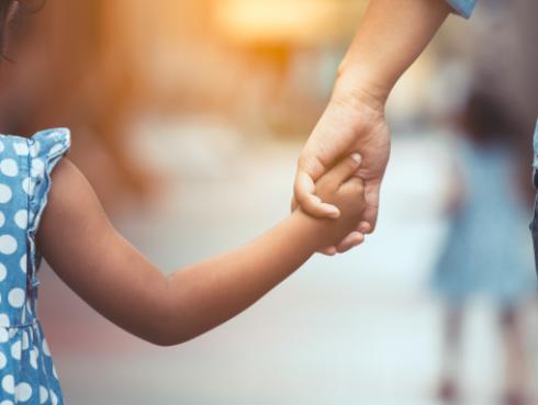 Estudio revela que las madres solteras duermen más y hacen menos tareas domésticas