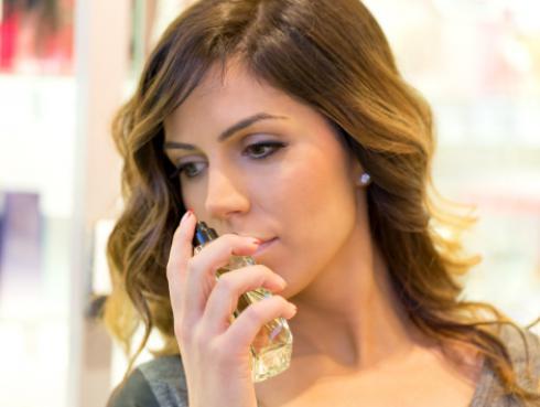 Estudio revela que las mujeres detectan por el olfato a su rival en el amor