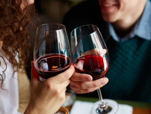 Estudio revela que las parejas que beben juntas son más felices