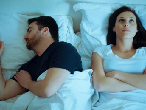 Estudio revela qué significa que tu pareja te dé la espalda a la hora de dormir