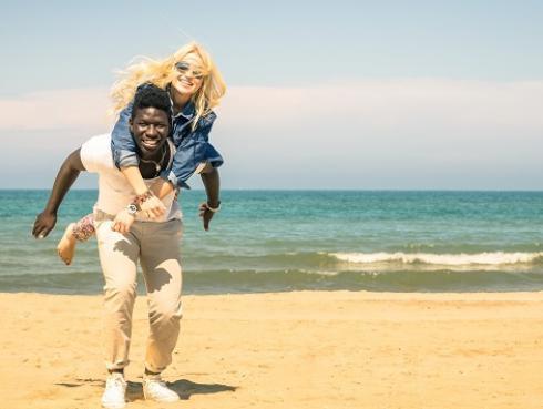 Estudio revela que burlarte de tu pareja fortalece tu relación