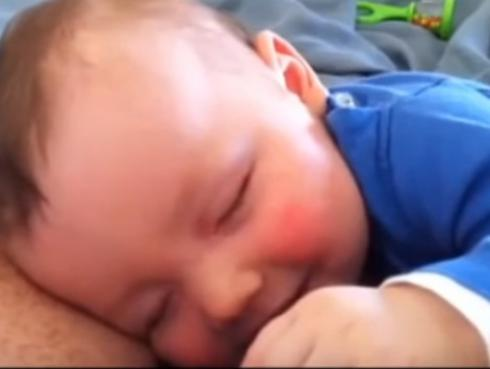 ¡Bebé se ríe mientras duerme! (VIDEO)