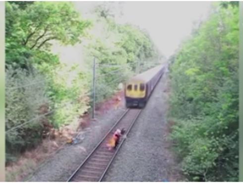 ¡Joven se salva de ser arrollado por un tren!