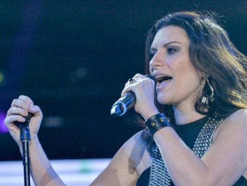 Laura Pausini consoló a presentador por la muerte de su madre