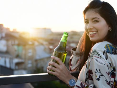 ¡La ciencia lo dice!: las mujeres que beben cerveza son las más fieles