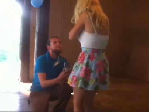 La sorpresa de la novia ante esta pedida de matrimonio fue tanta que se desmayó (VIDEO)