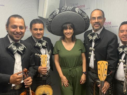 Linda es sorprendida por mariachis en vivo que cantaron la nueva canción de Alejandro Fernández
