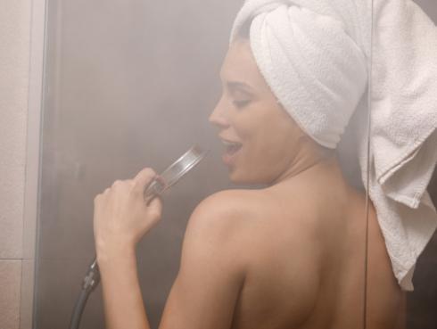 ¡Lo dice la ciencia!: cantar en la ducha es bueno para la salud