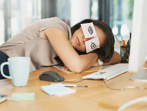 ¡Lo dice la ciencia!: Dormir en el trabajo mejora el desempeño laboral