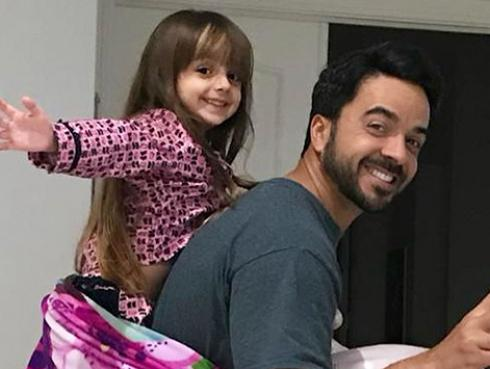 Luis Fonsi: hija del cantante sorprende al cantar 'We are the world' en plena cuarentena