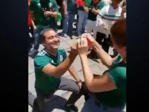 Mexicano pide matrimonio a su novia tras triunfo de su país en el evento más importante del fútbol