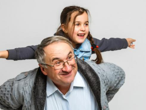 Los niños necesitan de sus abuelos para crecer felices