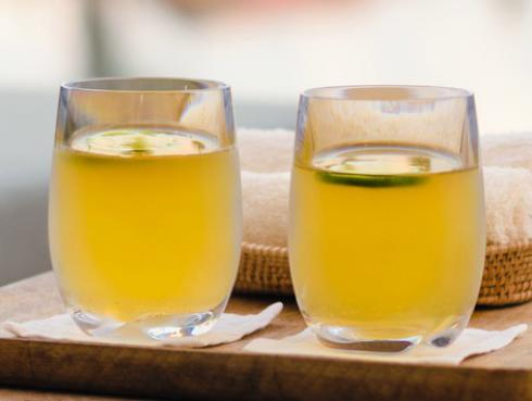 Agua con limón o jugo de naranja, ¿cuál es mejor?