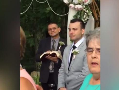 Novio que esperaba en el altar se convirtió en viral