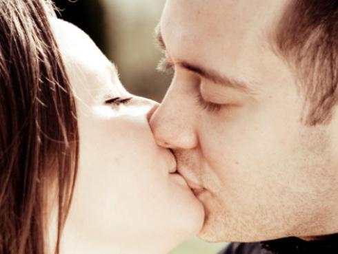 ¿Por qué cerramos los ojos cuando besamos?