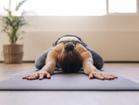 Posiciones de yoga ideales para comenzar el día