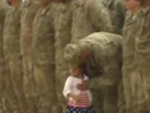 Reencuentro entre niña y su padre militar conmociona las redes sociales