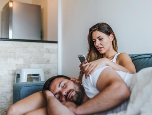 ¿Revisas el celular de tu novio?