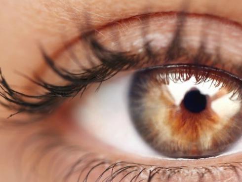 Tips para maquillar tus ojos marrones