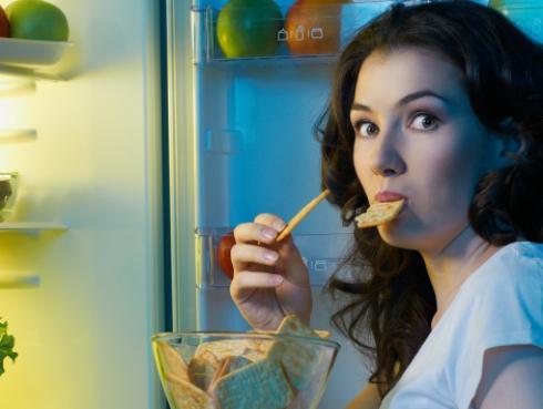 ¡Sigue estos consejos para que evites comer de más por las noches!