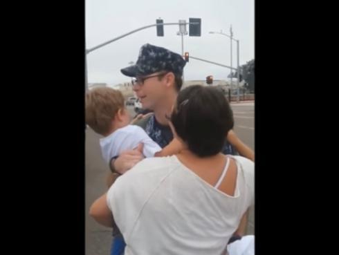 Soldado se reencontró con su esposa e hijo después de tiempo, pero la sorpresa sería mayor aún (VIDEO)