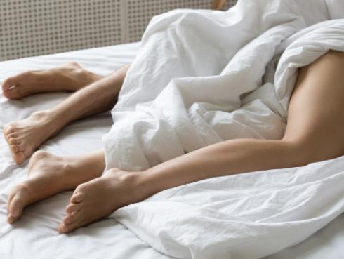 ¡Sorprendente! Dormir desnuda te ayuda a bajar de peso