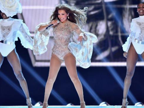 Thalía juega con su look en nuevo video