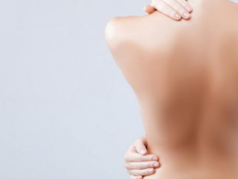 Tips para eliminar la grasa y los rollitos de la espalda