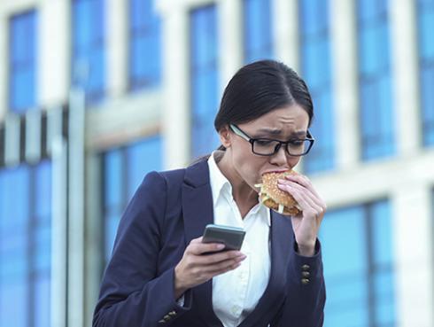 Tips para evitar comer demás debido al estrés