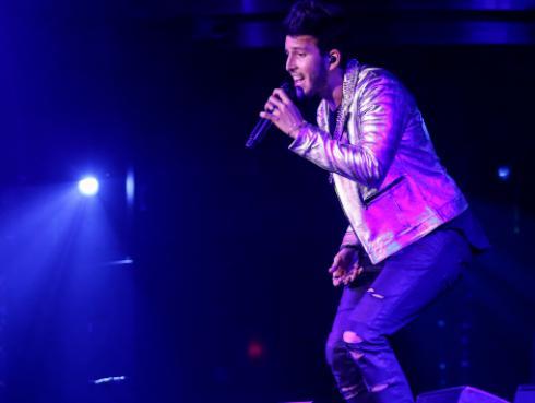 Mira la caída de Sebastián Yatra en el escenario