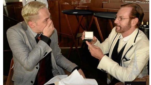 Actor Alejandro Tomassi y su novio se comprometieron en París