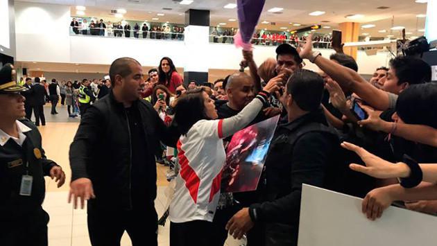 Alejandra Guzmán llegó a Lima luciendo la Blanquirroja