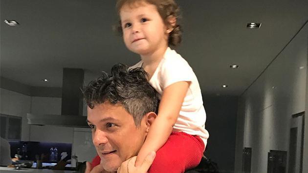 Alejandro Sanz muestra orgulloso los dibujos de sus hijos Dylan y Alma
