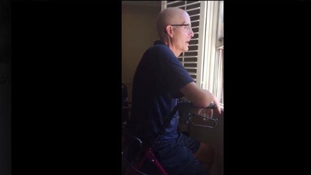 ¡Alumnos dan emotiva sorpresa a su profesor que padece cáncer! (VIDEO)