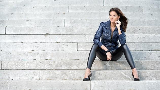 Aprende a llevar los pantalones de cuero negro