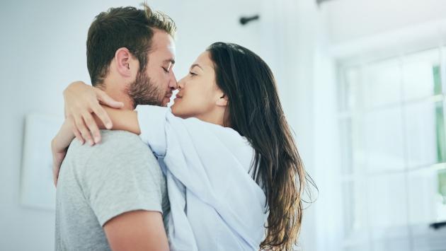 Así reacciona tu cuerpo cuando besas a tu pareja