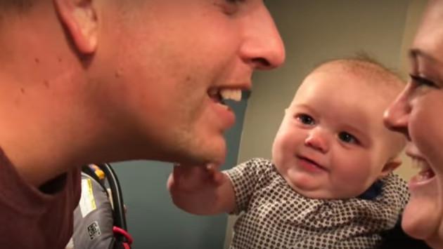 Bebé no soporta ver a sus papás dándose un beso
