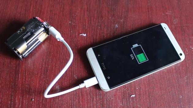 Carga tu celular con solo cuatro pilas