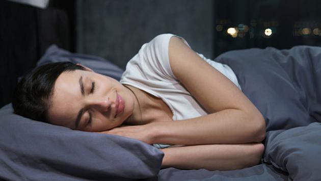 Conoce las razones por las que debes dormir sobre el lado izquierdo de la cama