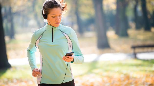 Correr con el celular en la mano podría ser perjudicial para tu salud